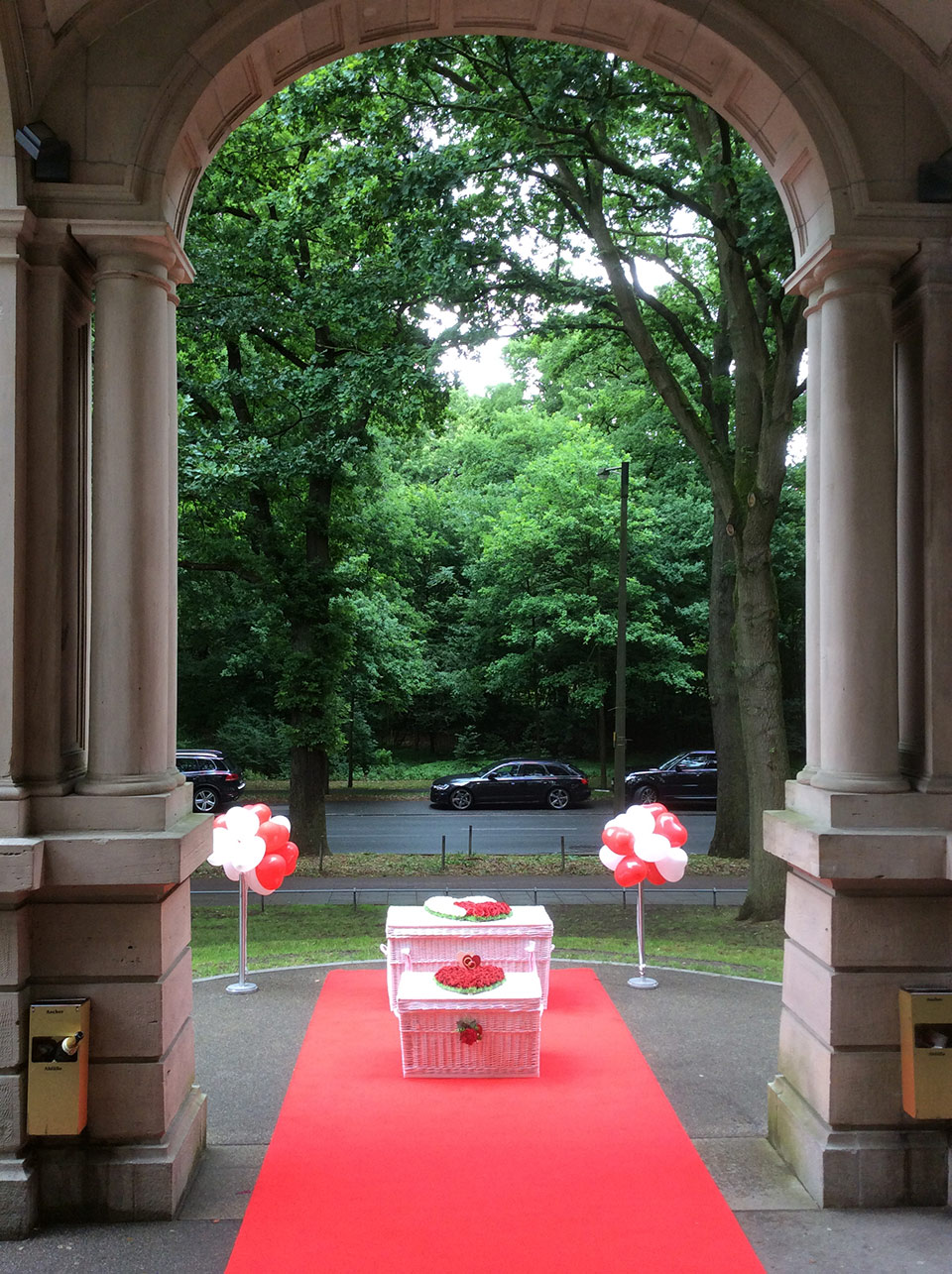 Freier-Trauredner-Sektempfang-Hochzeitstauben-Hochzeitsballons-Peter-Brocks-3