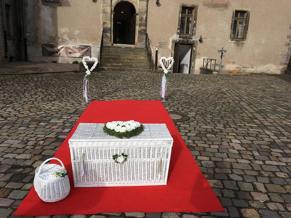 Trauredner-Weisse-Tauben-Ballone-Hochzeit-1