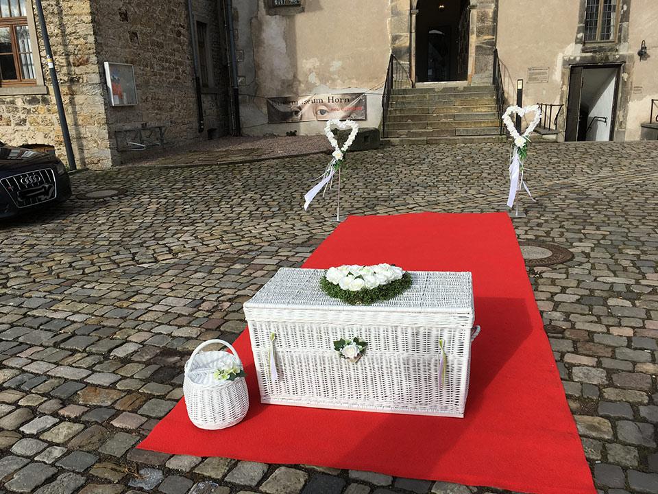 Trauredner-Weisse-Tauben-Ballone-Hochzeit-2