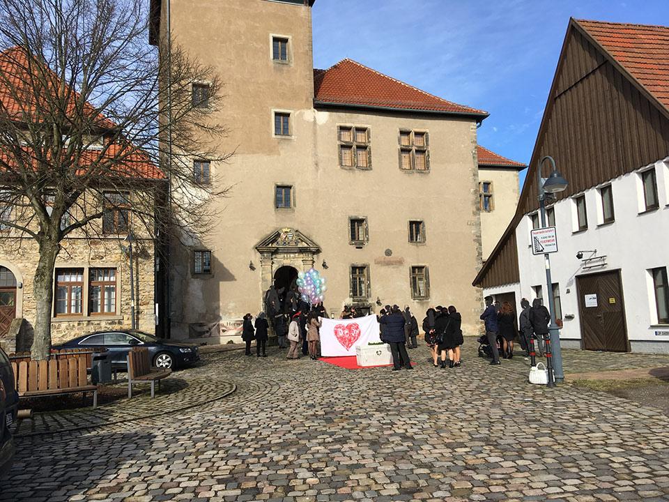 Trauredner-Weisse-Tauben-Ballone-Hochzeit-3