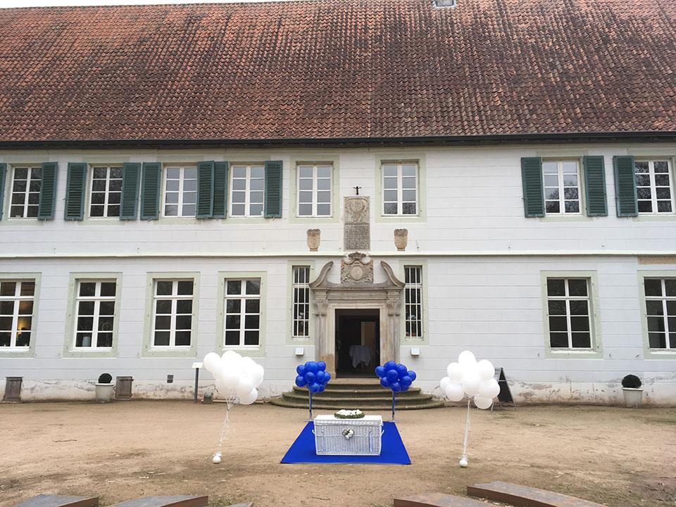 Bunte-Ballons-weisse-Tauben-Hochzeit-Kloster-Bentlage-Rheine-1