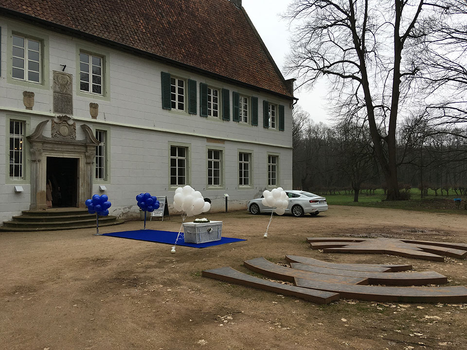 Bunte-Ballons-weisse-Tauben-Hochzeit-Kloster-Bentlage-Rheine-4
