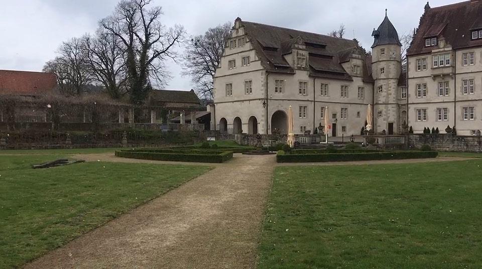 Traumhochzeit-Schlosshof-Maerchenschloss-Muenchhausen-2