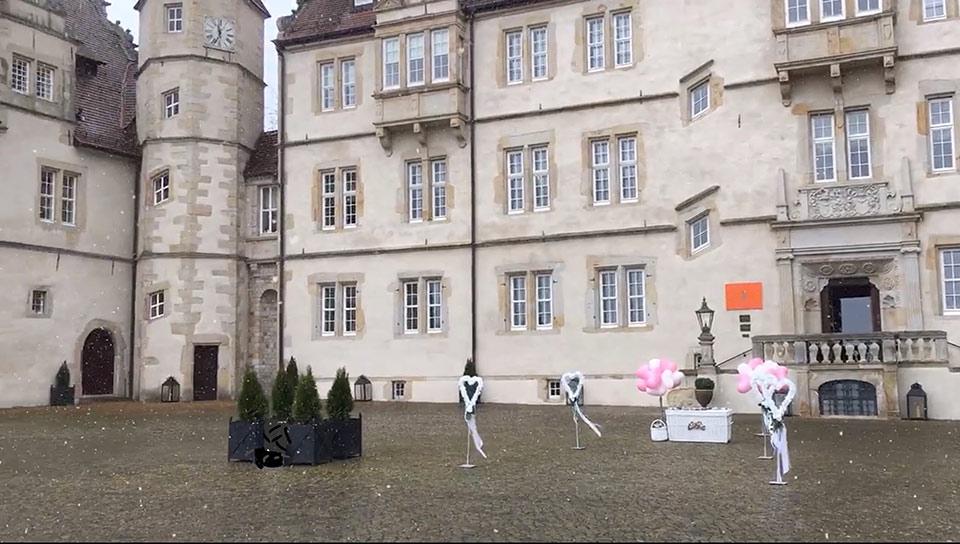 Traumhochzeit-Schlosshof-Maerchenschloss-Muenchhausen-3
