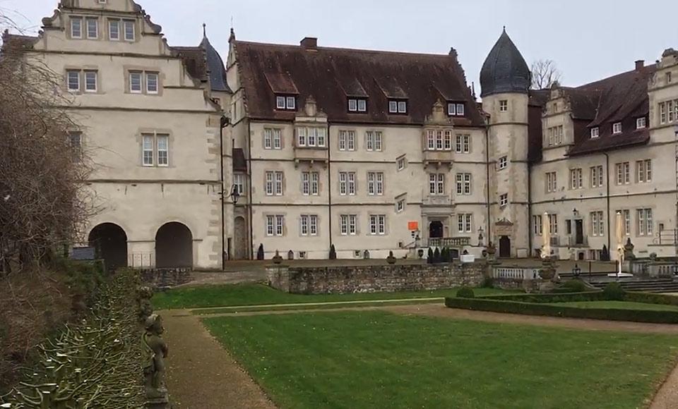 Traumhochzeit-Schlosshof-Maerchenschloss-Muenchhausen-8