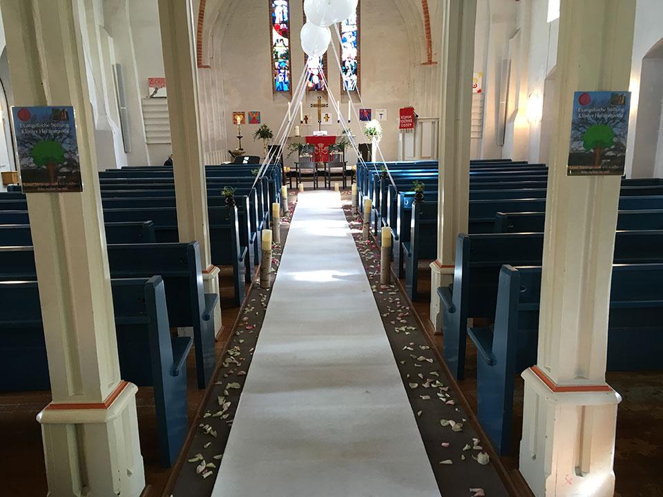 20190504-weisse-Ballons-Traualtar-Hochzeitsueberraschung-Kirche-Bremen-Stuhr-3