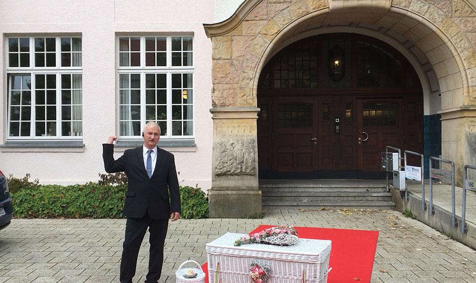 Standesamt-Detmold-Trauredner-Glücksmomente-Peter-Brocks-Ballons-aus-NaturKautschuk-und-Hochzeitstauben