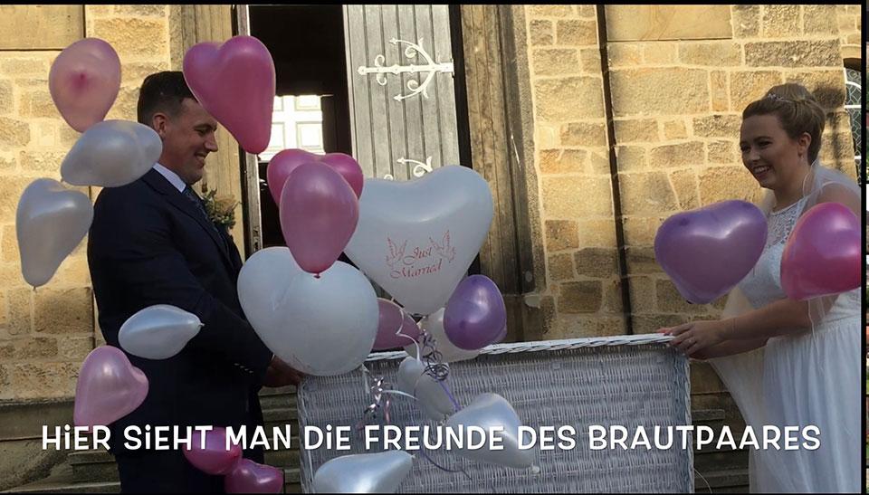 Hochzeitsueberraschung-als-Geschenk-an-der-Katholische-Kirche-St-Maria-Magdalena-in-Ibbenbueren-mit-freiem-Trauredner-Peter-Brocks-