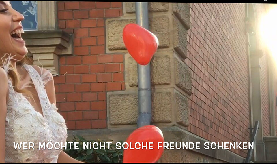Hochzeitsueberraschung-am-Stadtmuseum-Ibbenbueren-mit-Hochzeitstauben-,-Ballons-aus-NaturKautschuk-duch-Trau-und-Eventredner-Peter-Brocks-