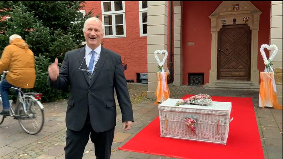 Ueberraschung-am-Standesamt-in-Nienburg-Weser-mit-Hochzeitstauben-und-Luftballons-durch-Trauredner-Glücksmomente-Peter-Brocks-